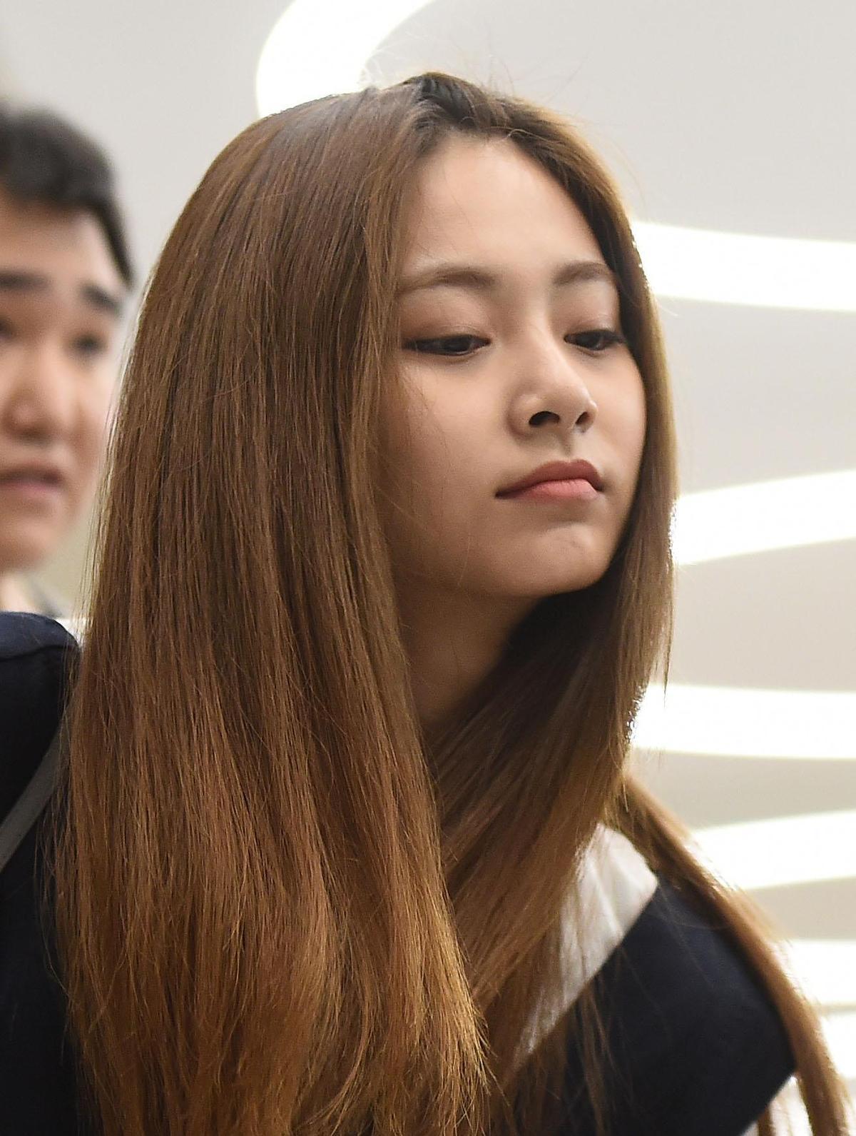 子瑜昨(29日)在機場被拍到膚色黝黑,精神似乎不太好。(東方IC)
