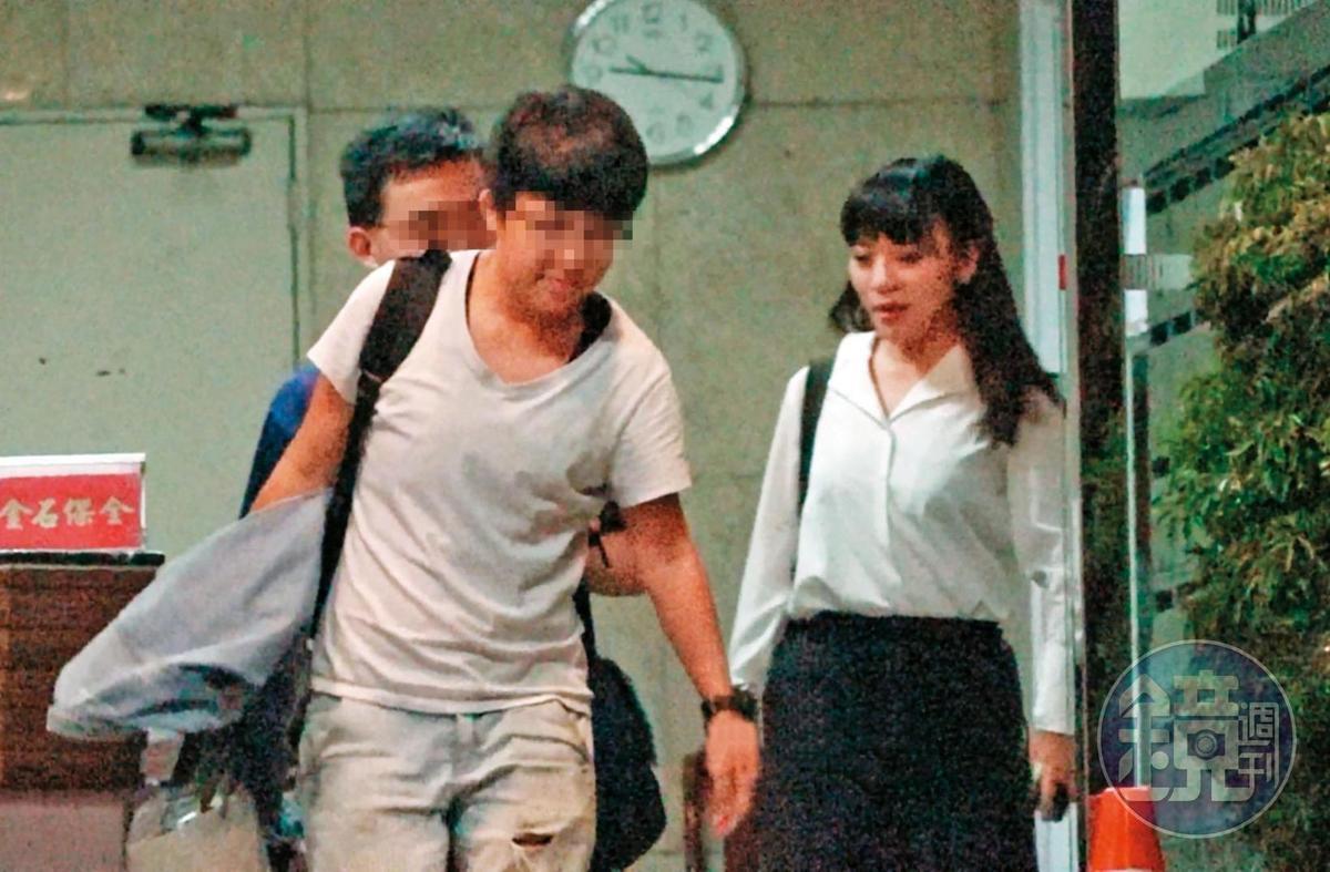 7月9日晚间21:17,黄捷(右)北上主持网路节目时,同居女友杨蕓瑄(前左)就跟在身边,还一副爱相随的模样。