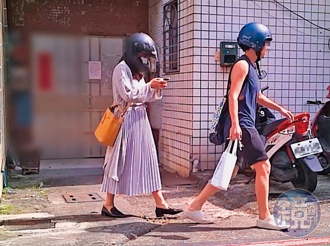 7月15日下午14:50,黄捷(左)与杨蕓瑄(右)一起从住处离开,同样是由杨骑机车载黄。