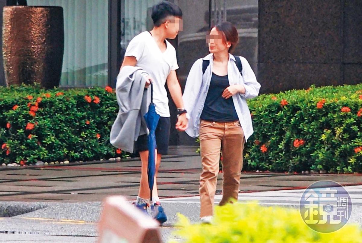 7月20日16:45,杨蕓瑄(左)与娇小妹(右)约会,路上漫步时都紧紧牵着彼此的手。