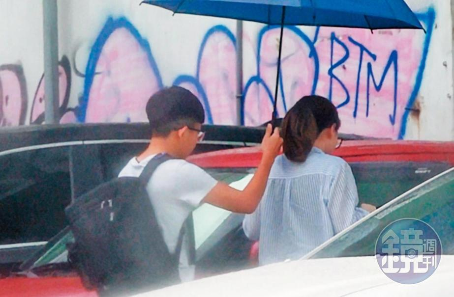 7月20日14:33,2人抵达娇小妹(右)的车旁,杨蕓瑄(左)贴心撑伞护她坐进驾驶座。