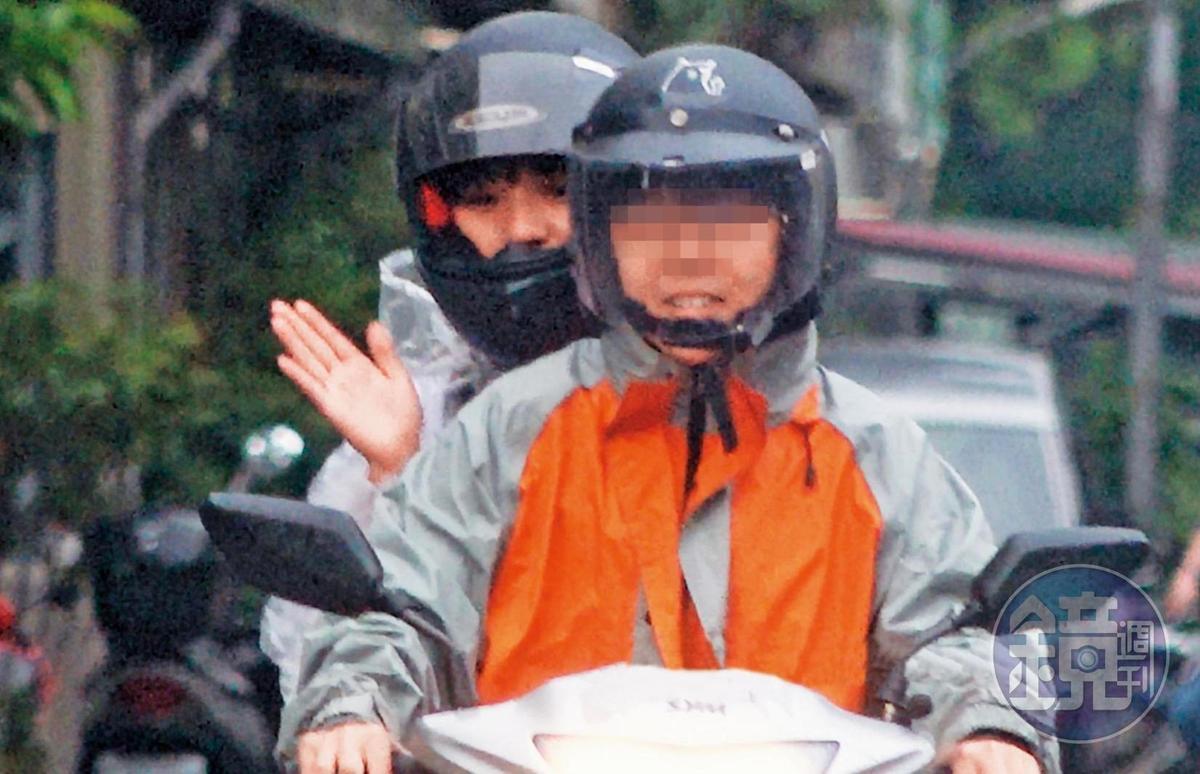 黄捷(后)与杨蕓瑄(前)同居期间,通常都是由杨骑车载黄上下班。