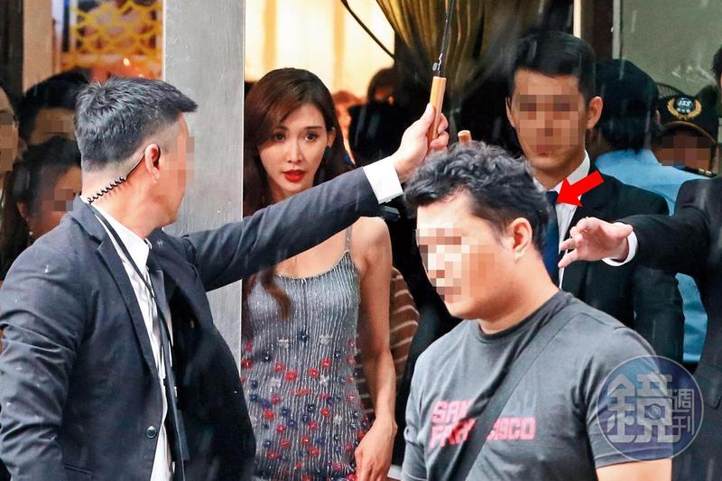 7月27日14:55,林志玲出席品牌活動,多人護駕,前幾天幫她去臺大面見護理師的司機(箭頭者)也在旁邊。
