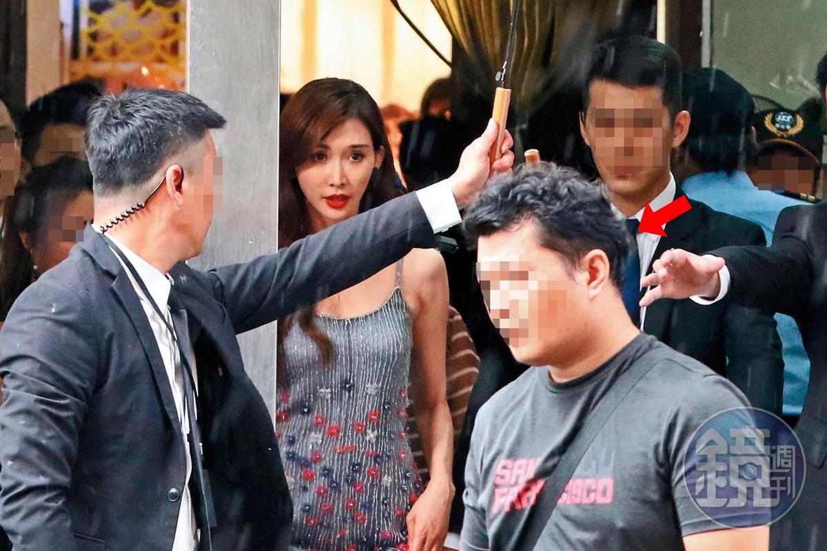 7月27日14:55,林志玲出席品牌活動,多人護駕,前幾天幫她去台大面見護理師的司機(箭頭者)也在旁邊。