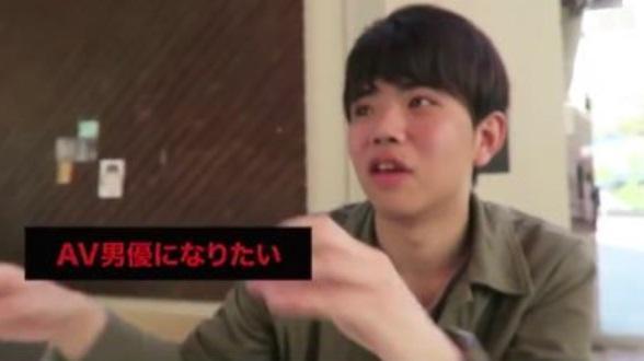 日本男大生篠塚康介在部落格寫「買春實錄」爆紅,他稱夢想是當日本第一AV男優。(圖擷取自推特@sinosukedesu)