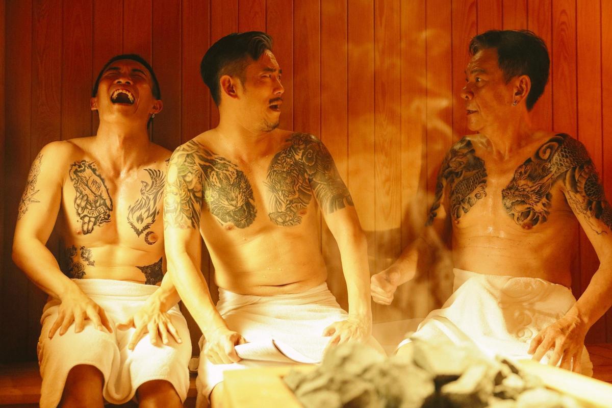 龍劭華在片中飾演金主,與顏正國等一群黑道大哥洗三溫暖。(華映提供)
