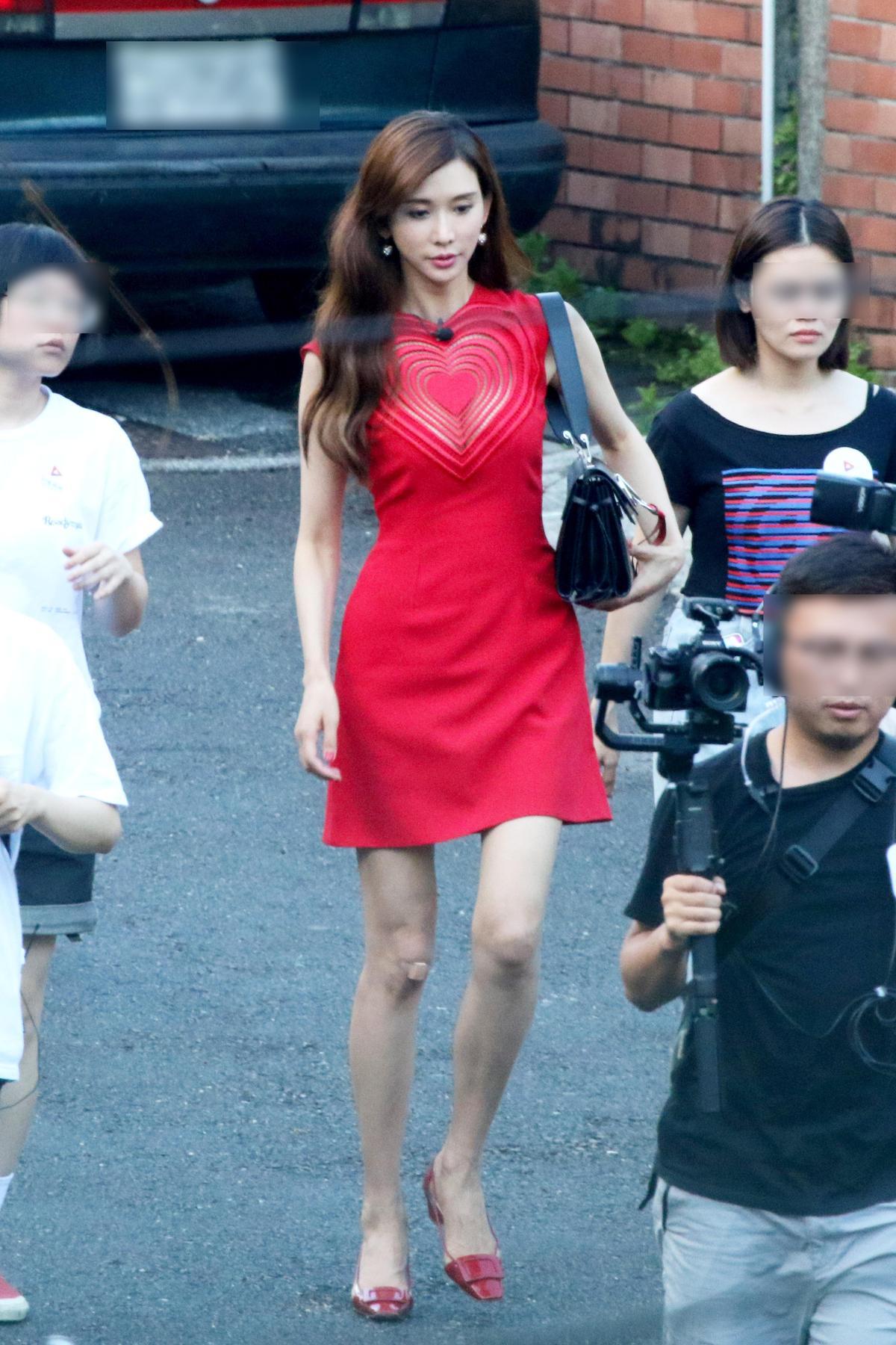 林志玲腳上穿的紅鞋,是台灣沒有引進的Roger Vivier Belle Vivier系列PVC拚接漆亮皮跟鞋。