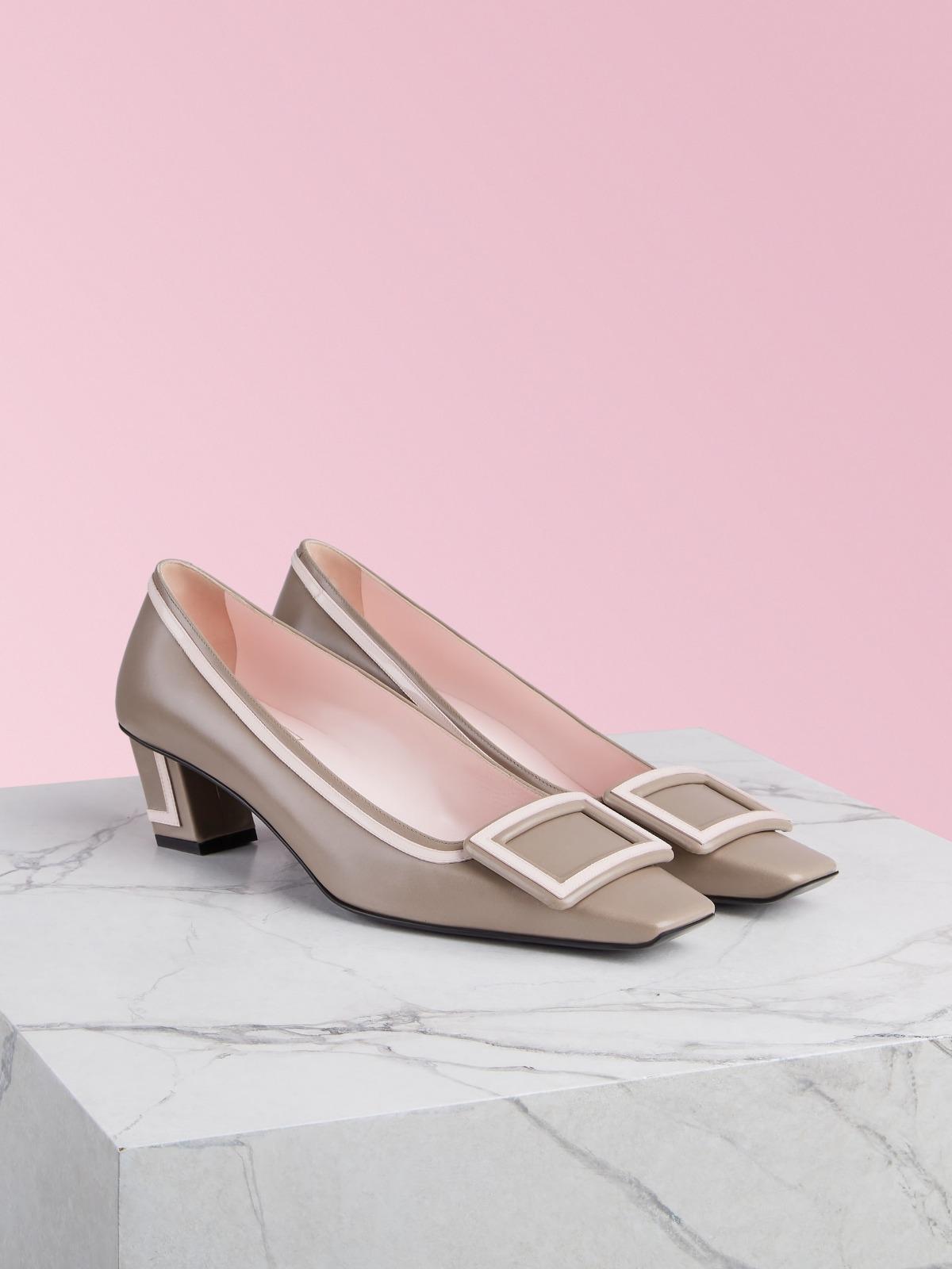 與林志玲腳上同系列的Roger Vivier Belle Vivier系列全皮革材質跟鞋。NT$32,900〈Roger Vivier提供〉