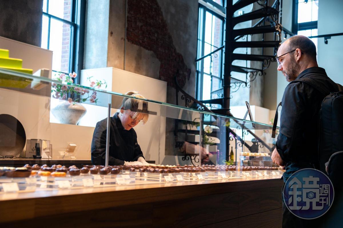 許多客人會專程上門來選購FRAN'S的巧克力。