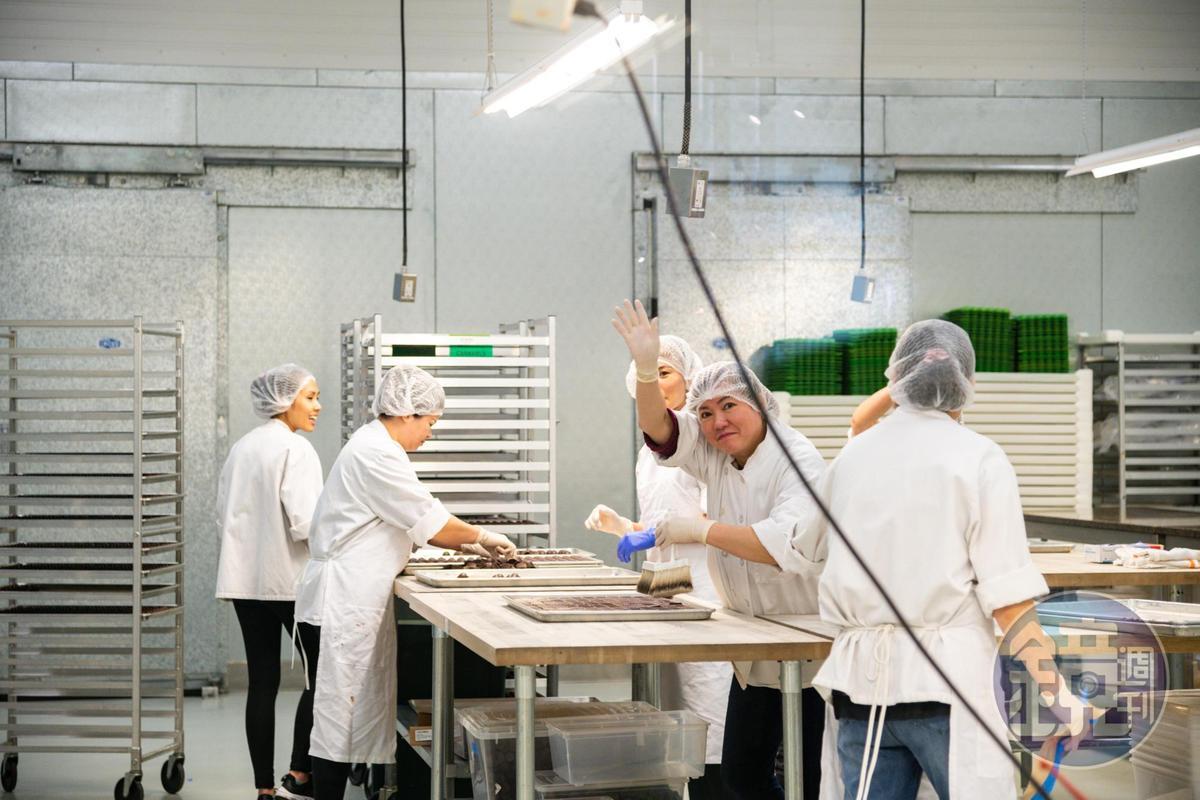 巧克力工廠裡的工匠們,親切地跟參觀者打招呼。