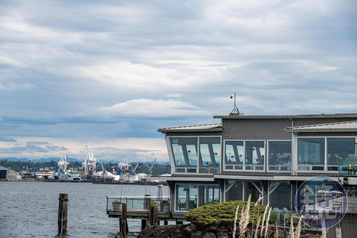 「Salty's on Alki Beach」隔著海灣與西雅圖市中心遙遙相對。