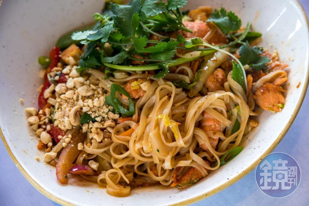 亞洲風味的鮭魚炒麵「Salmon Pad Thai」,香料豐富,口味不錯。(24美元/份,約NT$752)