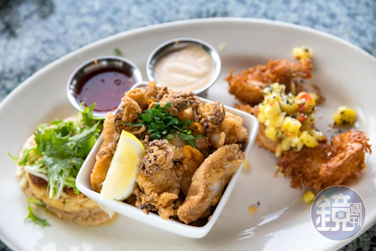 綜合海鮮盤可以一次吃到炸蝦、炸花枝與蟹餅。
