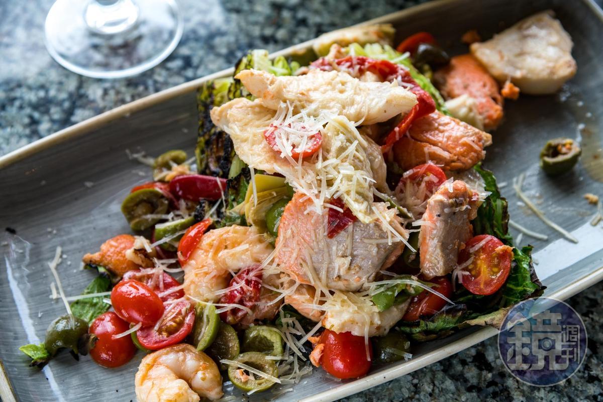 溫沙拉上鋪滿鮭魚和鮮蝦,非常豪華。