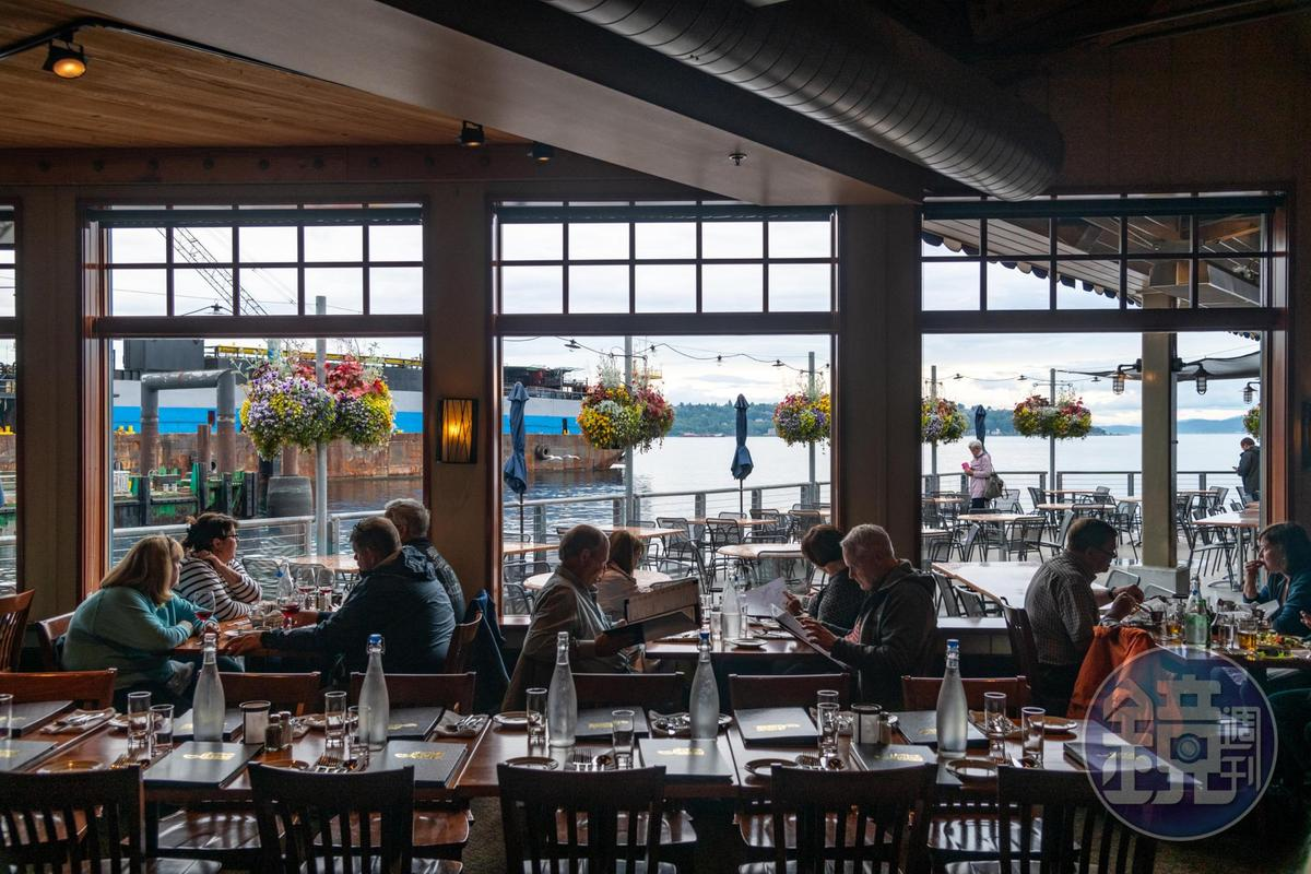 開在54號碼頭旁的Ivar's Acres of Clams,是西雅圖最老牌的全海景餐廳。
