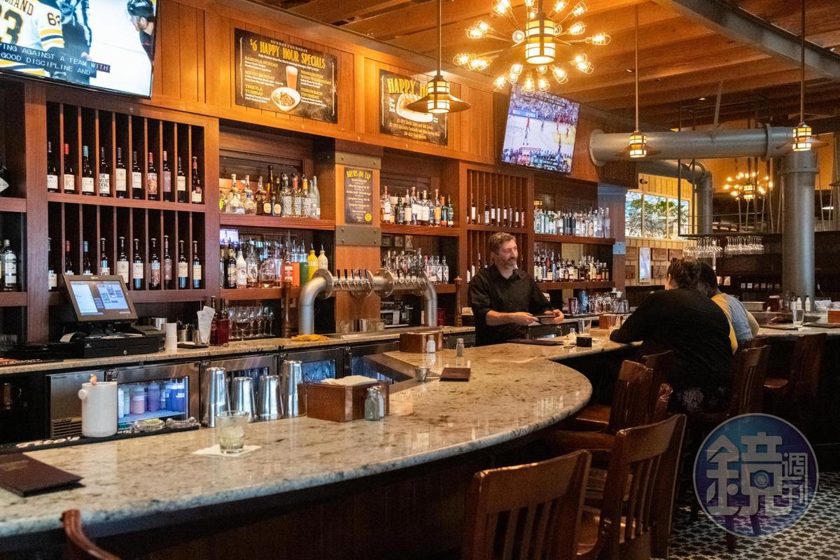 Happy Hour時段,很多人在餐廳內的酒吧小酌。