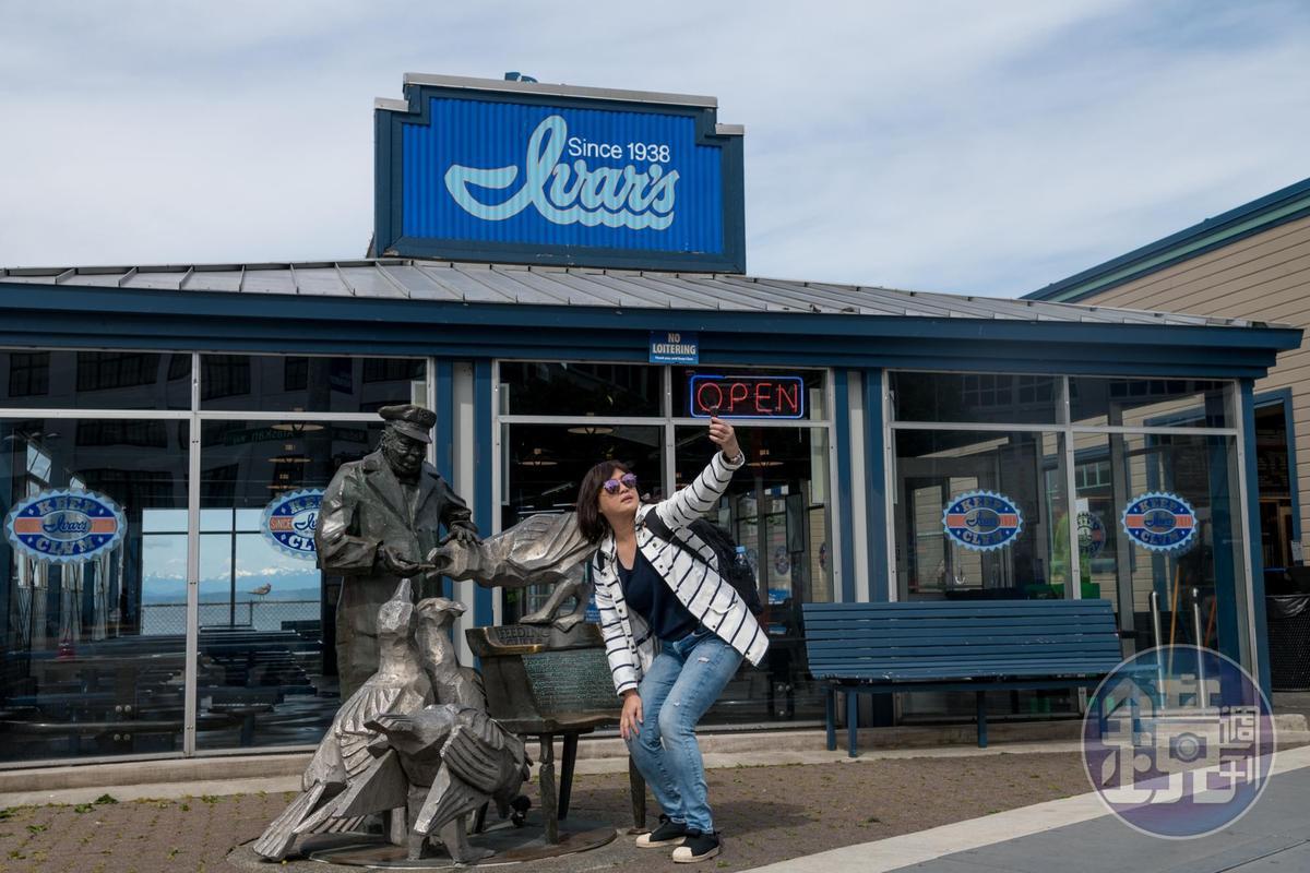 老船長餵食海鷗的雕像,是「Ivar's Acres of Clams」前的地標,也是觀光客合影的目標。
