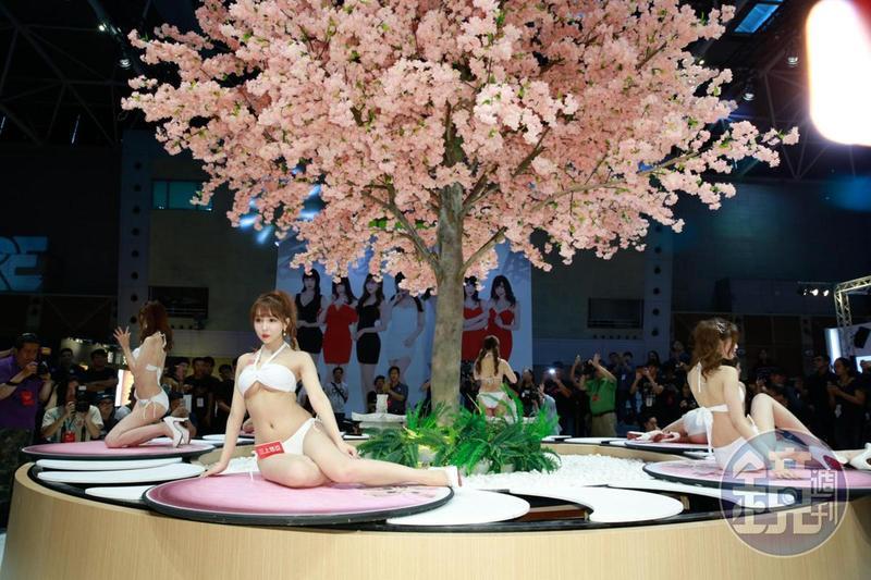 「TRE台北國際成人展」讓三上悠亞等6大金卡女神在櫻花樹下擺出撩人姿勢。