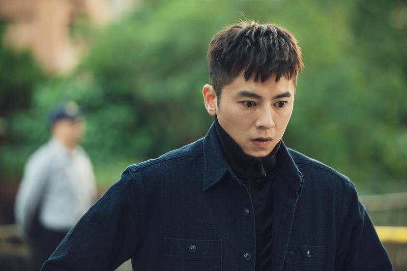 《靈異街11號》中,李國毅飾演的混混死而復生,突然擁有陰陽眼。(LINE TV提供)