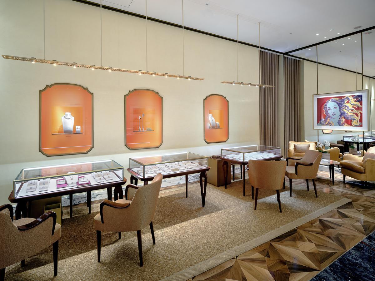 牆上展示著普普藝術大師Andy Warhol畫作,彷若置身寶格麗藝廊。(BVLGAR提供)
