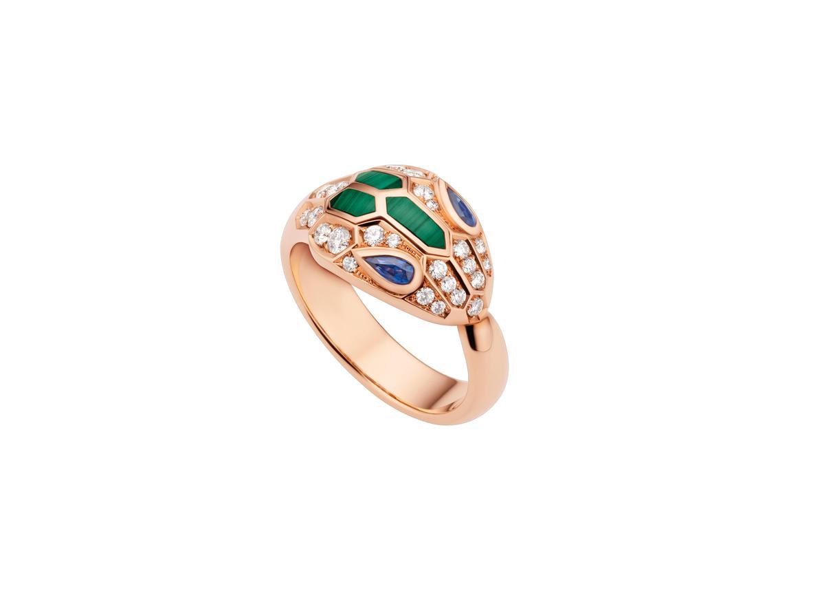 BVLGARI SERPENTI EYES ON ME 孔雀石與藍寶石鑽石戒指 約NT$269,300(BVLGAR提供)