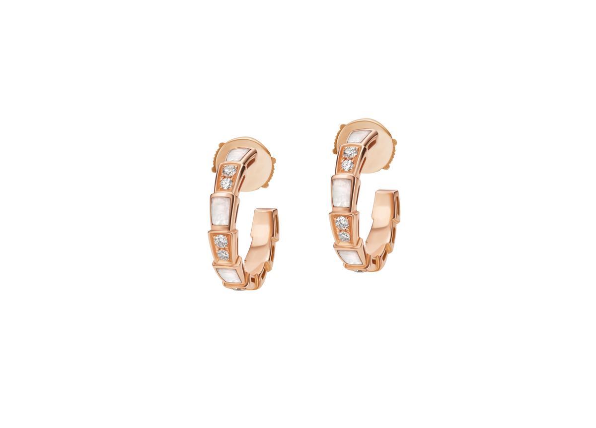 BVLGARI SERPENTI VIPER玫瑰金珍珠母貝鑽石耳環 約NT$126,700(BVLGAR提供)