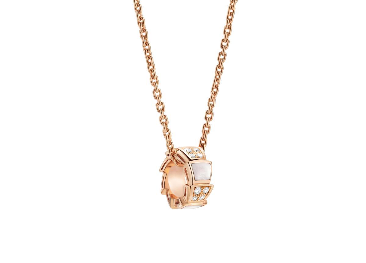 BVLGARI SERPENTI VIPER珍珠母貝與鑽石項鍊 約NT$134,700(BVLGAR提供)