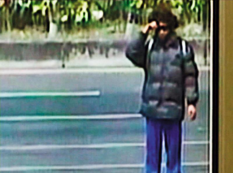 警方調閱監視器,發現陳佳富變裝戴假髮出現在嘉義公路旁。(翻攝畫面)