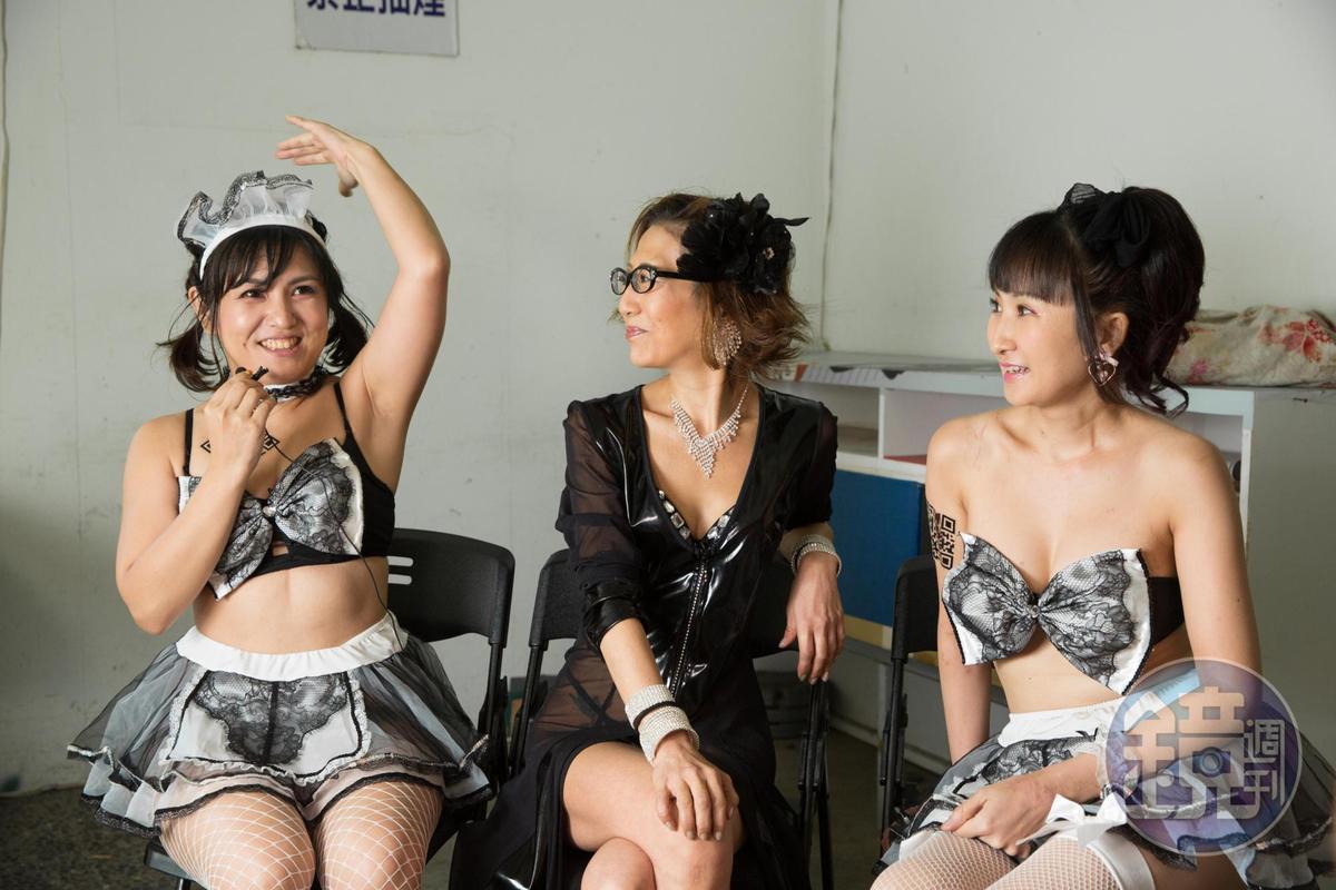 山村茜(左)曾遇到要求她戴著鳥頭的紙箱進行服務,「鳥頭晃啊晃地啄在客人身上,他超興奮」,聽得一旁葵屋三代目葵瑪莉(中)與繩縛師結月里奈也覺得新奇。