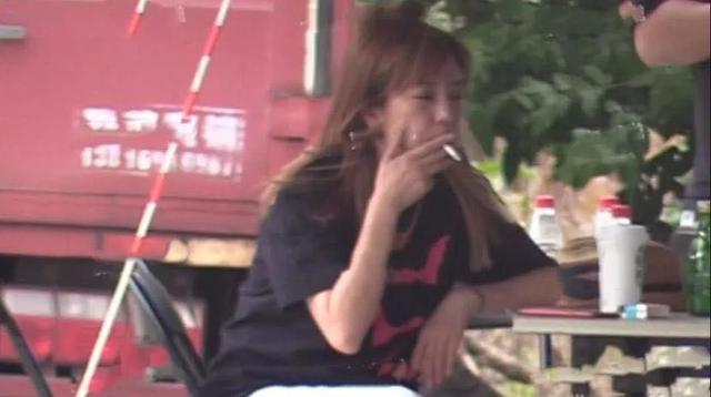 日前趙薇被拍到在片場外抽菸,一臉的憔悴和不修邊幅。(翻攝自綜藝時訊微博)