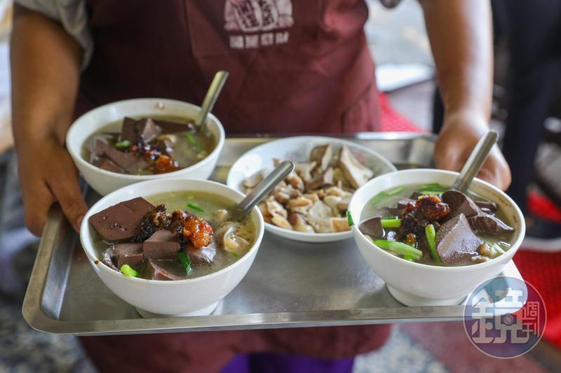 擠滿豬肝連、豬腸等肥美內臟的「豬血湯」。(50元/碗)