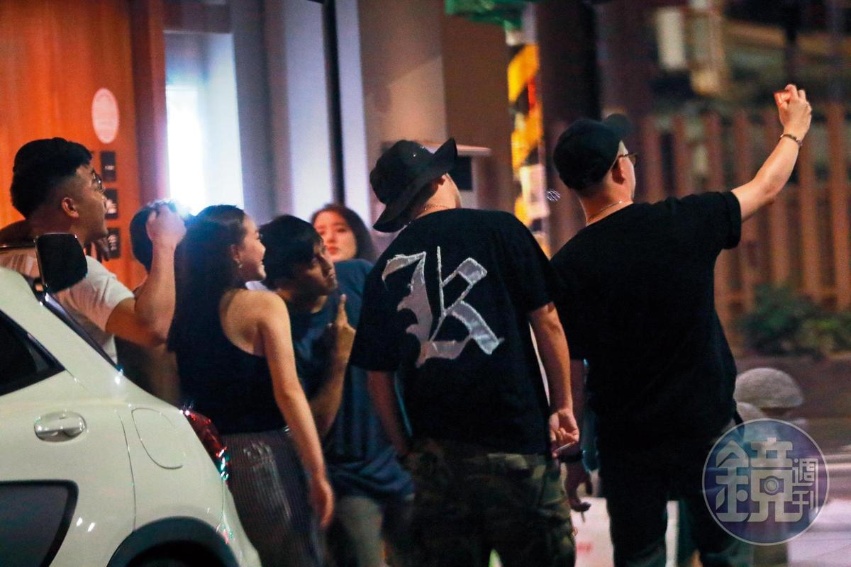 7/26 22:55 KID(右二)和友人們吃飽飯後,在火鍋店前玩自拍,看起來心情相當不錯。