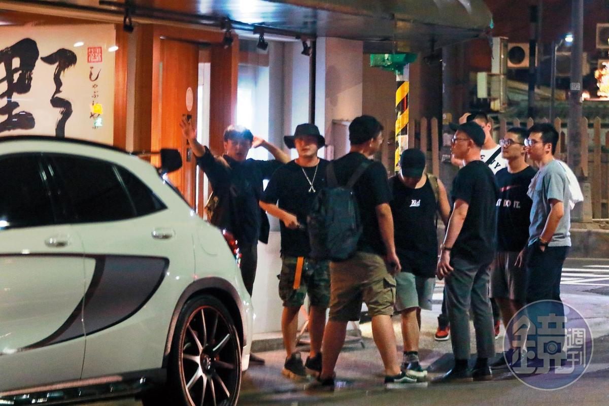 KID(左二)的賓士車大剌剌地停在自家火鍋店門口紅線上,直到午夜他離開都沒開走。