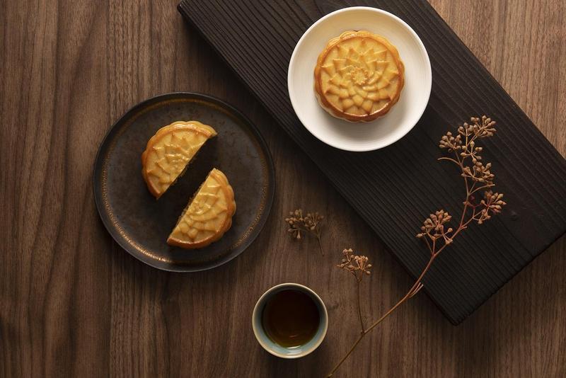 知名鳳梨酥品牌「微熱山丘」與囍餅專家「伊莎貝爾」,聯手設計出「鳳梨奶黃月餅」,搶攻今年中秋節的禮盒商機。(微熱山丘提供)