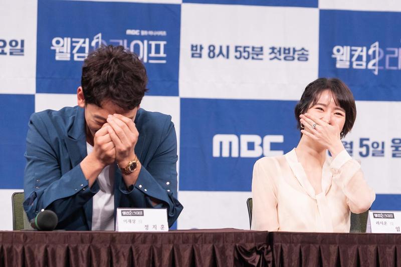 《歡迎來到第2人生》舉行新戲記者會,鄭智薰成為開心果讓大家笑聲連連。(KKTV提供)