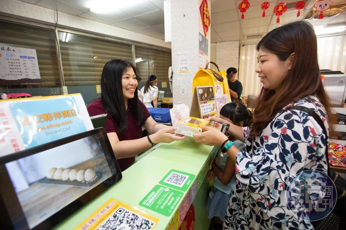 負責銷售的程珮綺(左)會依客人的品嚐時間推薦不同產品,也會提供最近門市的資訊,讓客人方便選購。