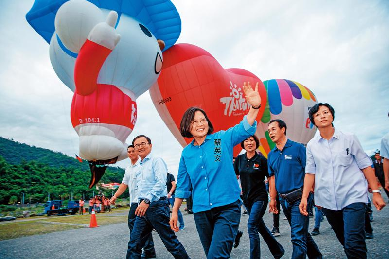 總統蔡英文走出私菸案風暴,3日下鄉到台東出席熱氣球知本光雕音樂會。(總統府提供)
