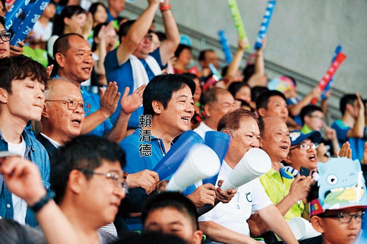 前行政院長賴清德七月底從日本返國,四日到台南亞太棒球中心觀戰U-12世界少棒賽冠軍賽。(翻攝賴清德臉書)