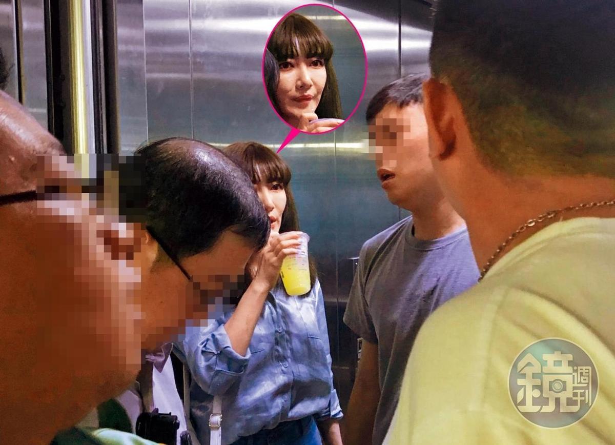 上月18日,屁蛋妹在現任警察男友陪同下,到基隆地檢署開庭,卻和正宮李小姐發生扭打。(讀者提供)