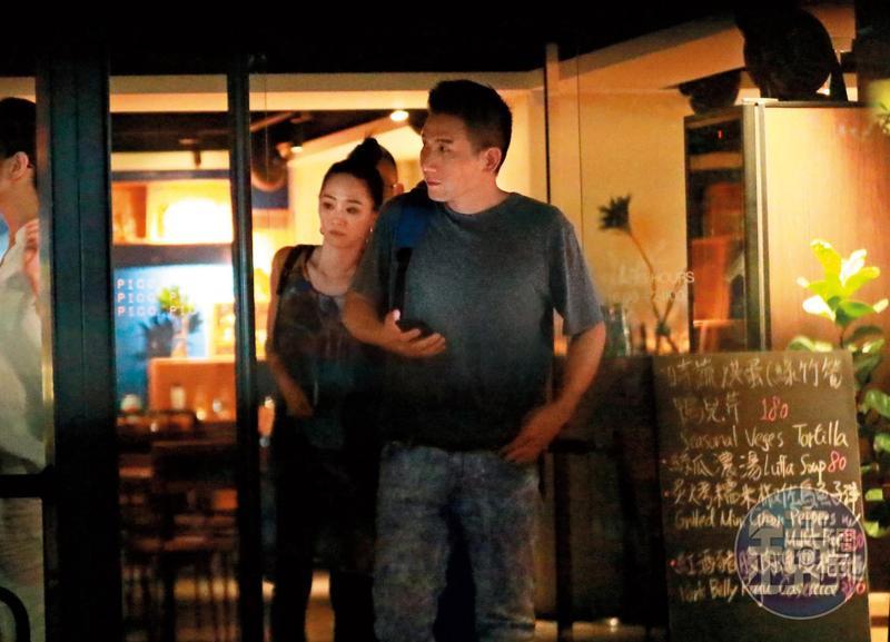 7月25日22:18,吃完後一群人出來,也是吳可熙跟趙德胤領先,看似女主人&男主人的氣場。