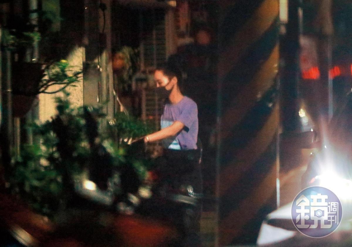 7月26日00:43,過了將近2小時,吳可熙竟然戴著口罩,拖著行李,出現在趙德胤家附近。