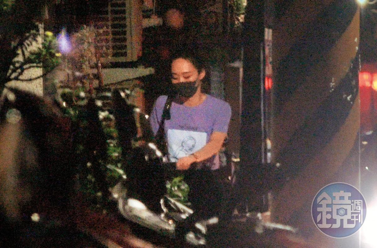 00:44,果然!吳可熙進了趙德胤家,而且到了他家公寓所在的樓層。