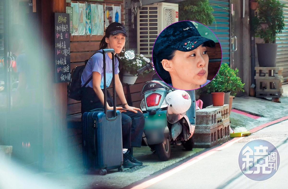 7月26日15:37,一夜好眠之後,吳可熙素顏、拖著行李坐在趙德胤家門口等車。