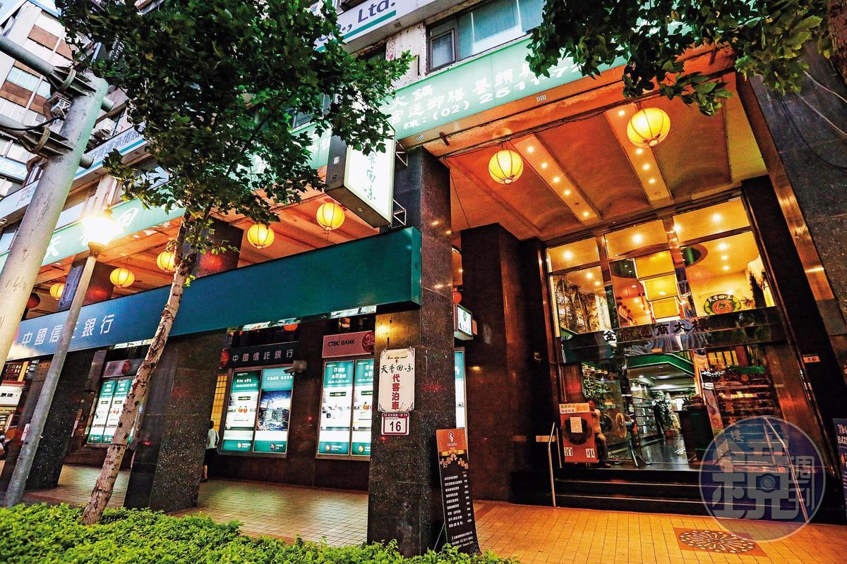 謝維洲回歸平淡改當上班族,在北市南京東路該棟大樓的物流公司工作。(林俊耀攝)