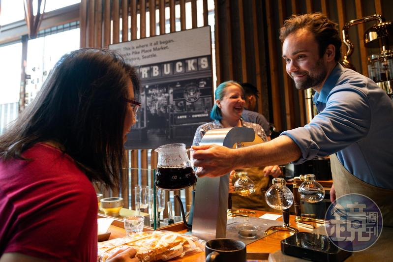 「Starbucks Reserve Roastery and Tasting Room」的咖啡師讓客人嗅聞剛用虹吸壺煮出的香氣。