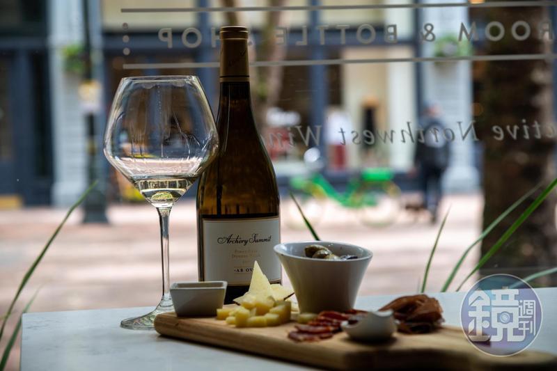 在西雅圖的「The Estates Wine Room」,可以品嘗各種華盛頓州產的白酒,體會夏日微醺的感受。