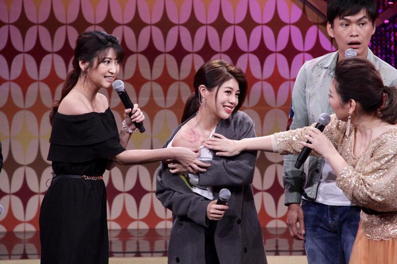 林吟蔚(左二)秀出右肩上與父親相同的牡丹花刺青。(年代提供)