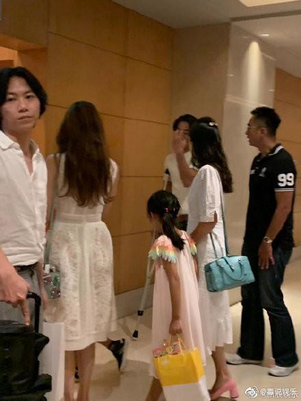 林志玲(背對鏡頭者)和哥哥林志鴻(黑衣者)及Akira(拄拐杖)在飯店被粉絲巧遇。(翻攝微博)