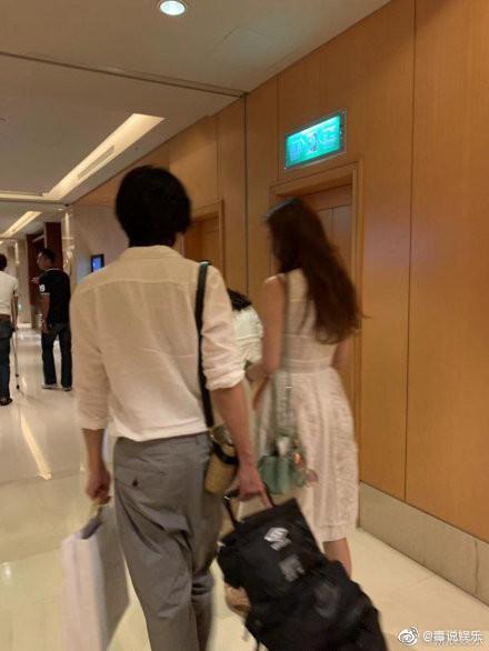 林志玲走在後面,Akira和林志鴻聊得開心。(翻攝微博)