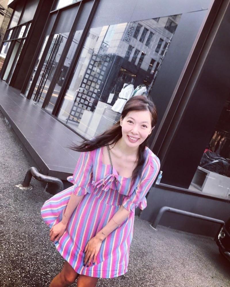 泫雅6日在社群網站連PO數張素顏照又被網友狠酸「好像大媽」。(翻攝自IG)